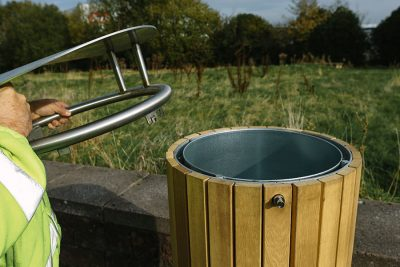 easy to remove lid from timber litter bin
